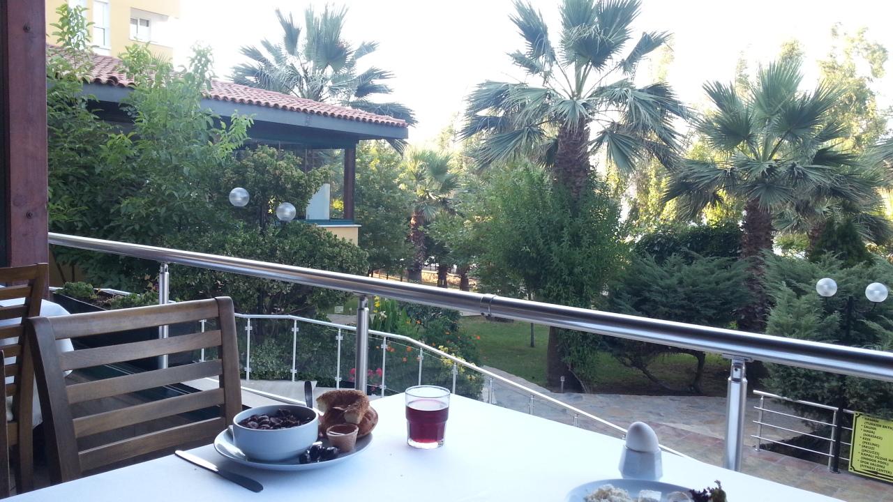 トルコのアイワルクのハリッチパークホテルの朝食